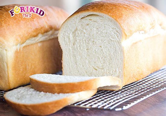 Bánh mì trắng cũng là loại thực phẩm được làm từ bột tinh chế dễ gây táo bón cho trẻ