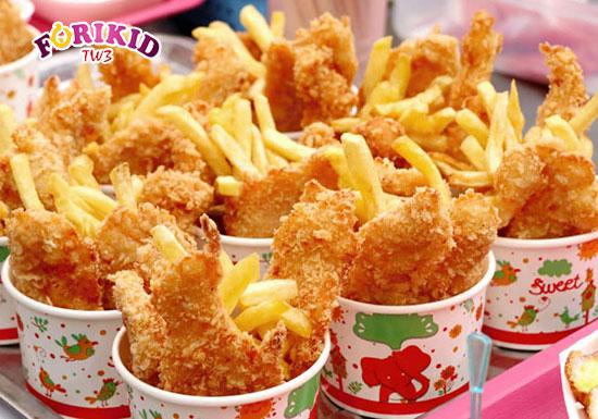 Đồ ăn nhanh rất ít chất xơ, dễ khiến cho trẻ mắc phải tình trạng táo bón