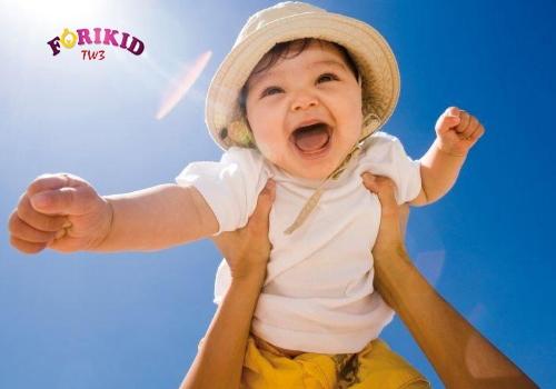 Cho trẻ tắm nắng thường xuyên để bổ sung lượng Vitamin D cần thiết