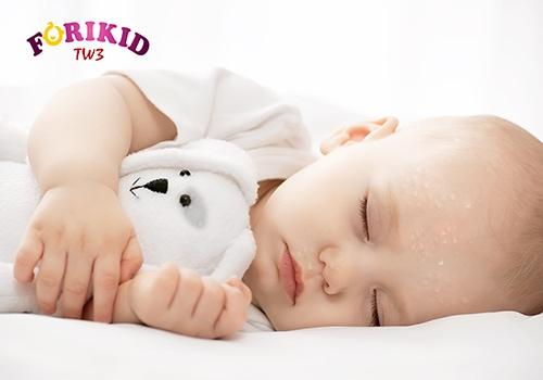 hình ảnh trẻ đổ mồ hôi trộm khi ngủ
