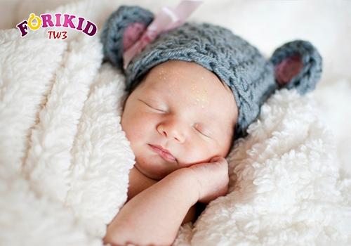 Tránh đắp nhiều chăn cho trẻ khi ngủ