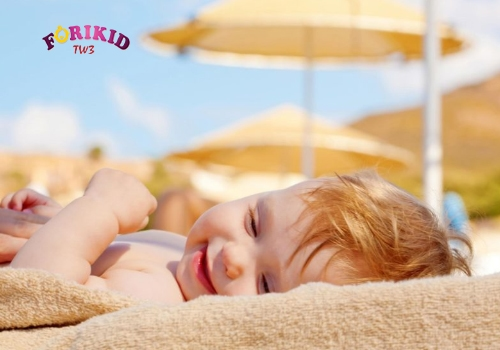 Tắm nắng hàng ngày tránh trẻ bị đổ mồ hôi trộm khi ngủ