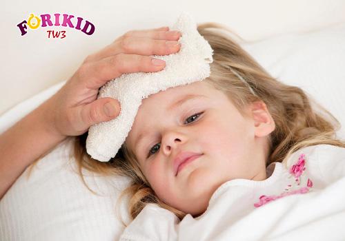 Ra mồ hôi trộm nhiều ở đầu khiến trẻ bị mất nước và dễ bị virus xâm nhập
