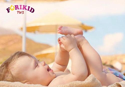 tắm nắng để bổ sung Vitamin D chữa mồ hôi trộm cho bé