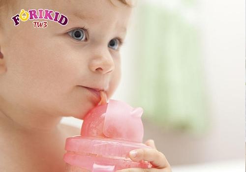 Cho trẻ uống nước lá lốt khi có hiện tượng ra mồ hôi trộm ở trẻ