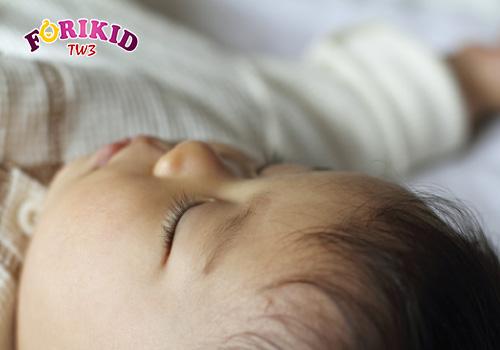 Trẻ ra mồ hôi trộm ban đêm có thể do thời tiết hoặc do bệnh lý
