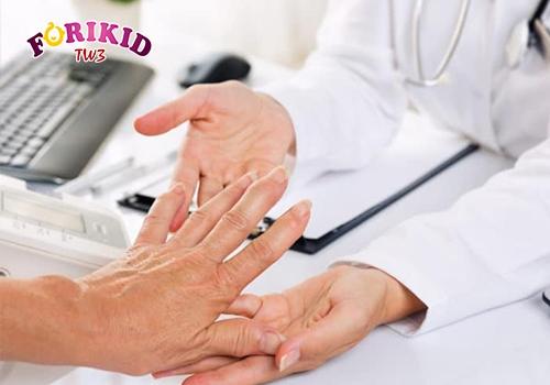 Bệnh phong thấp là một trong những nguyên nhân gây ra mồ hôi trộm ở chân, tay