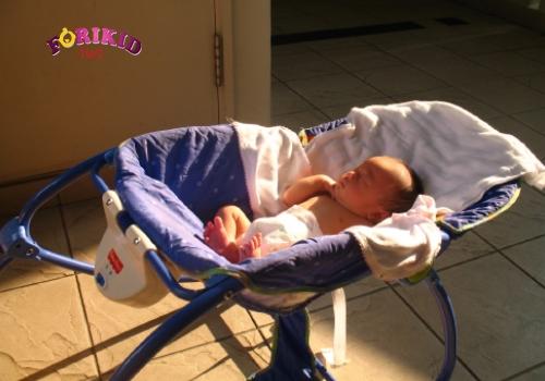 cho trẻ 2 tháng ra mồ hôi trộm tắm nắng