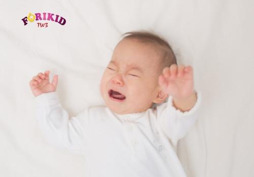 Trẻ 4 tháng ra mồ hôi trộm kèm quấy khóc