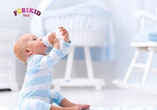 cho trẻ 4 tháng ra mồ hôi trộm bú sữa mẹ