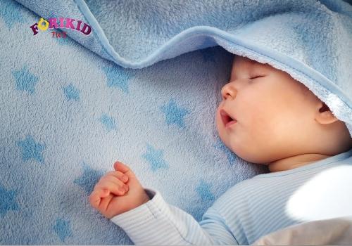 trẻ 6 tháng ra mồ hôi trộm do mặc nhiều quần áo khi ngủ