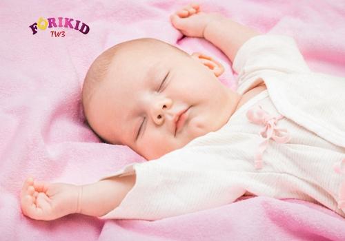 Cho trẻ 6 tháng ra mồ hôi trộm mặc đồ thoáng mát khi ngủ