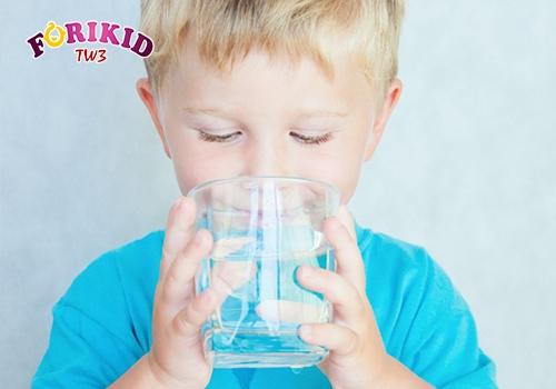 trẻ bị mồ hôi trộm phải làm sao - bổ sung nước
