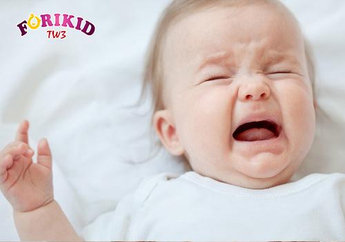trẻ đổ mồ hôi trộm ban đêm kèm quấy khóc