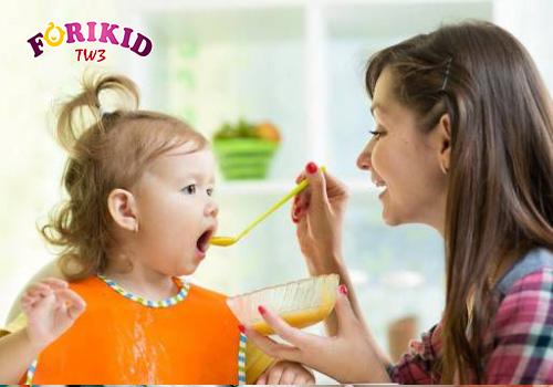 Giảm bữa phụ cũng là một cách khắc phục bé 2 tuổi biếng ăn