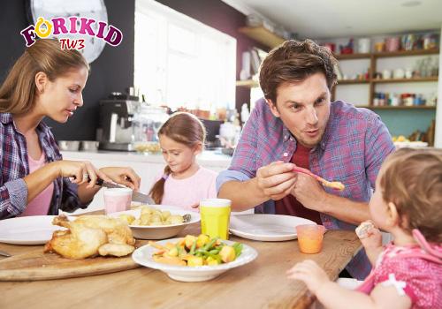 Cho con ăn cùng gia đình để kích thích cảm giác thèm ăn ở trẻ 2 tuổi biếng ăn