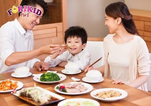 Cho trẻ ăn cùng cả gia đình