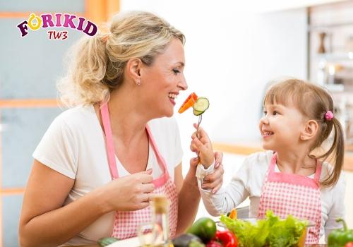 Để trẻ tham gia vào việc lựa chọn thực đơn ăn uống cũng giúp bé bớt biếng ăn hơn