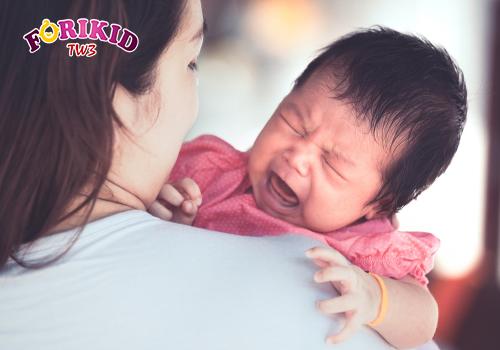 Quan sát tình trạng trẻ đổ mồ hôi và cho con đi khám chữa kịp thời