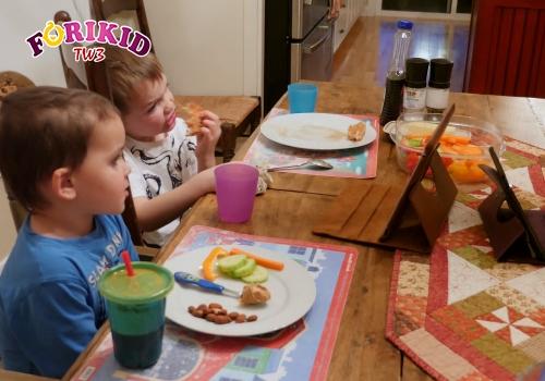 Không để trẻ 5 tuổi vừa ăn vừa chơi