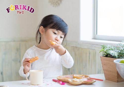 Cho trẻ ăn uống đúng giờ