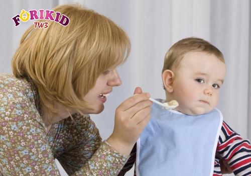 Ăn quá nhiều bữa phụ cũng là một nguyên nhân khiến trẻ lười ăn bữa chính