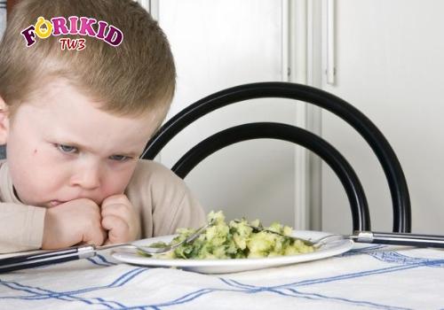 Mẹ chỉ nên cho trẻ vận động nhẹ nhàng trước khi ăn, tránh vui chơi quá sức
