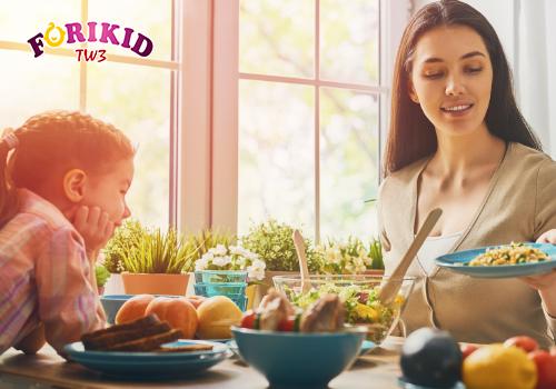 Tạo không khí vui vẻ trong gia đình khi ăn giúp trẻ bắt chước và tự giác ăn hơn