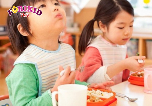 Cha mẹ nên tìm nguyên nhân khiến trẻ biếng ăn hay ngậm