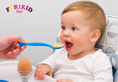 Tránh cố ép trẻ ăn quá no khi trẻ không muốn ăn