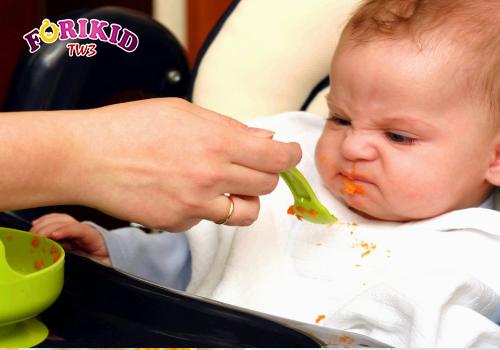 Cha mẹ không nên ép con ăn