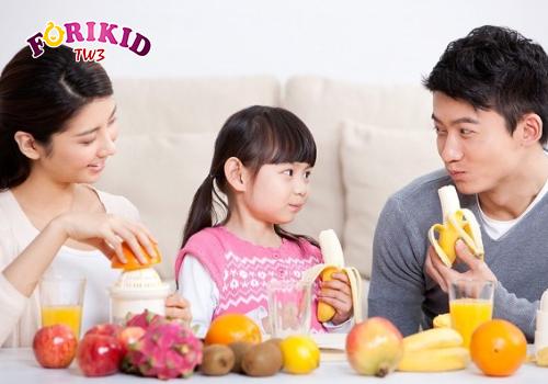 Cha mẹ tránh tạo phần thưởng chỉ để bé ăn