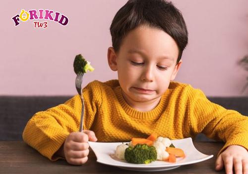 Trẻ biếng ăn cảm thấy chán nản mỗi khi phải ngồi vào bàn ăn