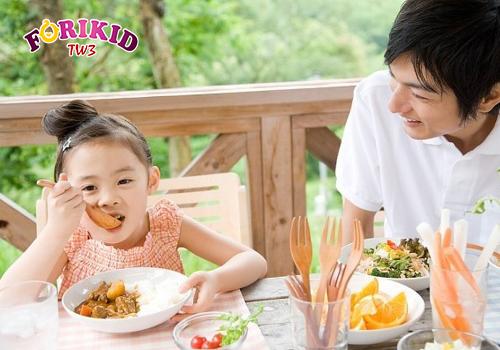 Tạo cho bé thói tự giác trong ăn uống