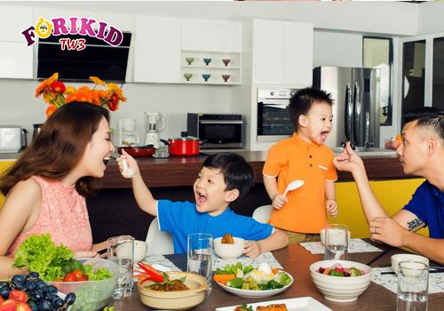Cho trẻ ăn cùng gia đình để tạo hứng thú thèm ăn cho trẻ