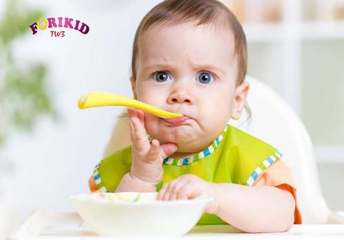 Cha mẹ cần đưa con đi khám để biết nguyên nhân bé biếng ăn