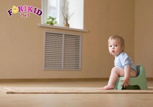 Điều chỉnh thói quen đi đại tiện đúng cách giúp bé thoát khỏi tình trạng táo bón