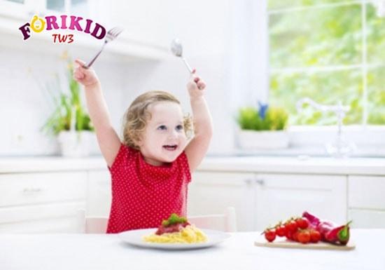 Bé hiếu động, nghịch ngợm, không thiết ăn uống là dấu hiệu biếng ăn sinh lý ở trẻ nhỏ