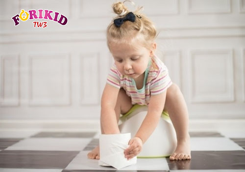 Tạo thói quen đi đại tiện cho bé là cách chữa táo bón ở trẻ em mẹ nên áp dụng