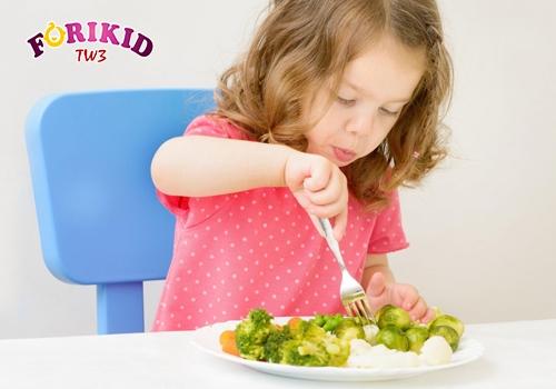 Điều chỉnh chế độ dinh dưỡng cho bé