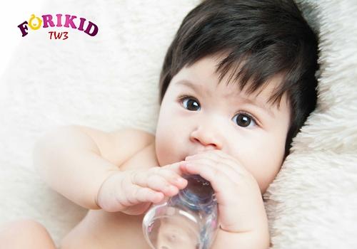 Dùng sữa công thức không phù hợp khiến bé bị táo bón liên tục