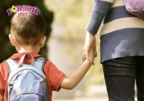 Giai đoạn bé bắt đầu dến trường là thời điểm khiến trẻ dễ mắc táo bón
