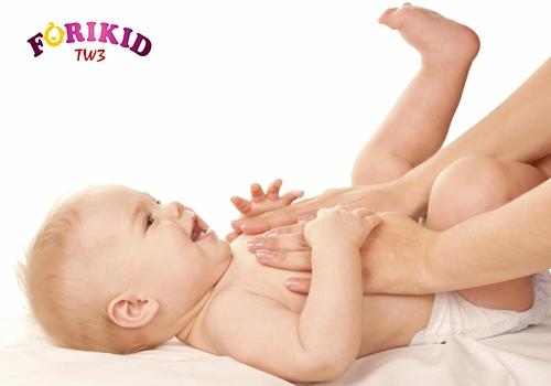Massage bụng khiến bé đi cầu dễ dàng hơn