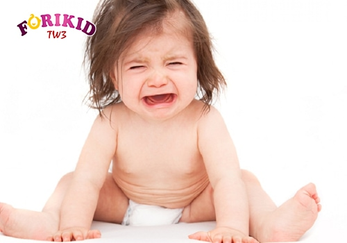 Táo bón nứt hậu môn khiến bé đau và quấy khóc