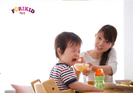 Biếng ăn kéo dài khiến bé rối loạn tăng trưởng