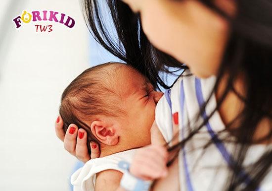 Mùi vị của sữa hoặc bầu sữa lạ sẽ khiến cho trẻ không muốn bú mẹ