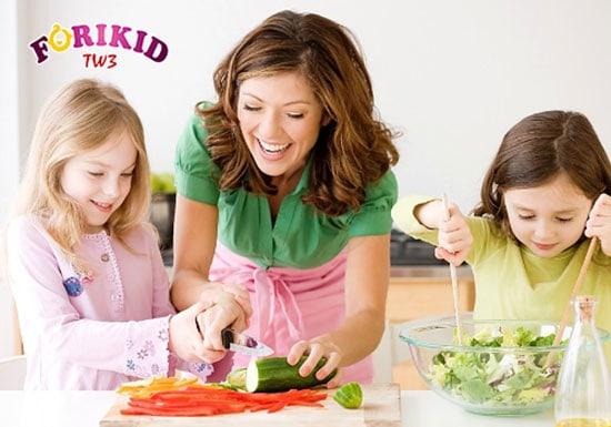 Cho bé cùng tham gia nấu ăn sẽ giúp bé bớt biếng ăn hơn khi vào bữa