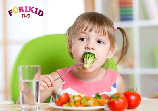 Bổ sung nước và chất xơ cho bé bị táo bón sau tiêu chảy