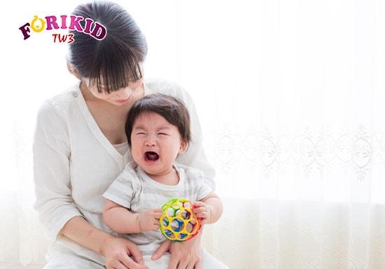 Trẻ ít vận động, hay ngồi 1 chỗ cũng là nguyên nhân khiến bé bị táo bón