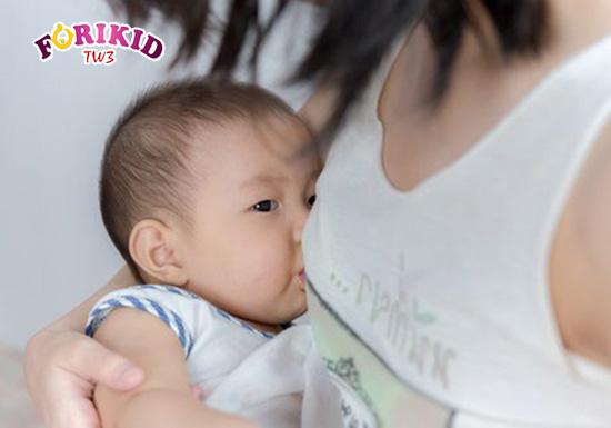 Tăng cường bú mẹ sẽ giúp bổ sung nước cho trẻ sơ sinh bị táo bón